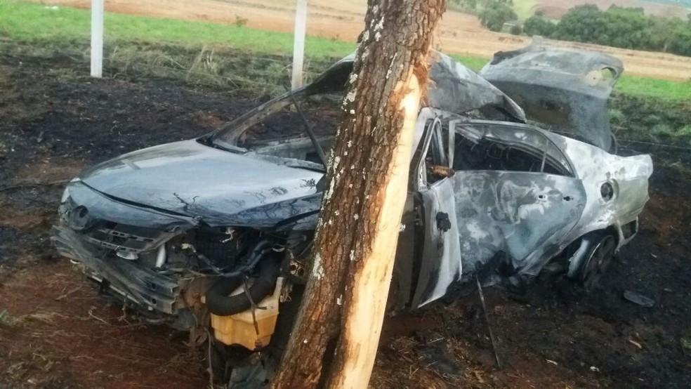 Duas pessoas morreram em acidente na estrada que liga Casa Branca a Santa Cruz das Palmeiras (Foto: Polícia Civil/Divulgação)