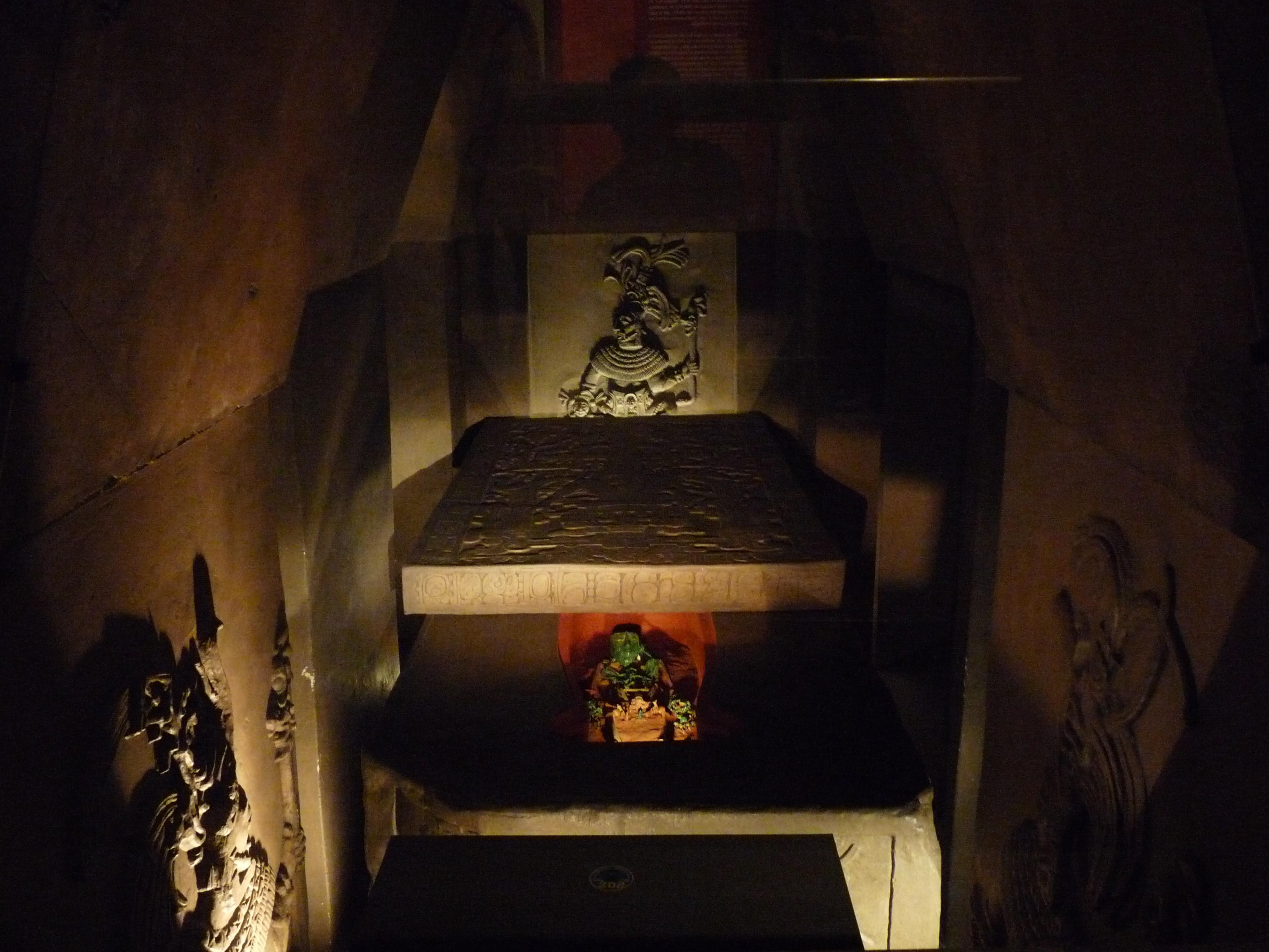 Representação da tumba de Pacal presente no Museu Nacional de Antropologia (Foto: Wikimedia/El Comandante )