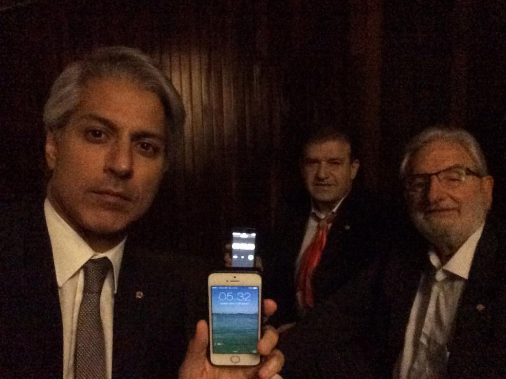Três deputados da oposição chegaram ao plenário da Câmara por volta das 5h no dia da votação da denúncia (Foto: Divulgação)