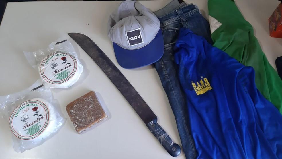 Queijos, doce, facão e roupas apreendidas pela PM — Foto: Polícia Civil / Divulgação