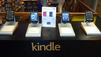 Livraria da Vila, em São Paulo, exibe Kindle em vitrine para o leitor digital (Foto: Divulgação/Livraria da Vila)