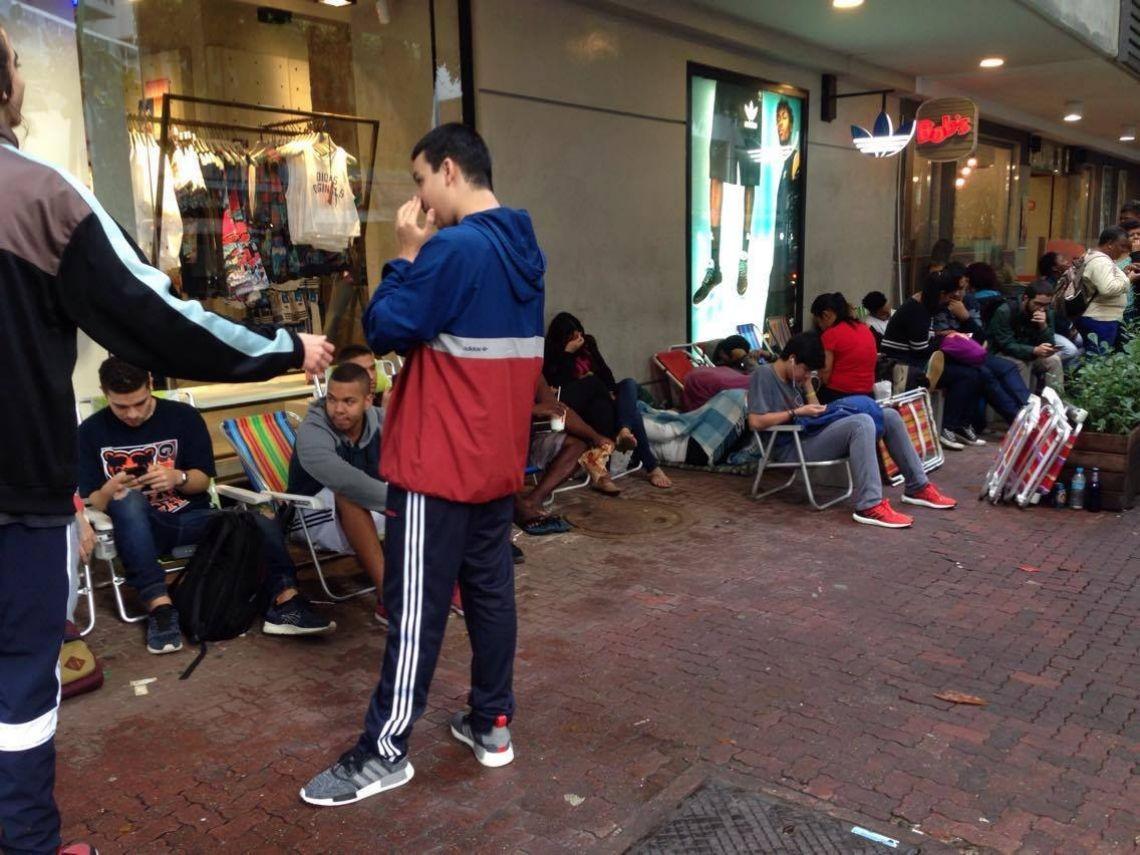 f6e18f2ad5d Jovens dormem na fila de loja da Adidas em Ipanema para comprar ...