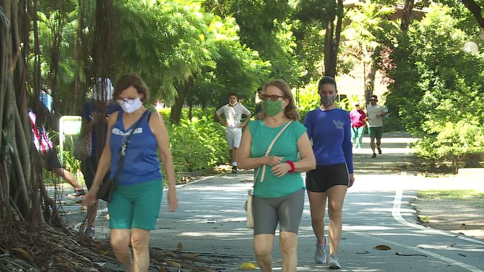 População faz caminhada no Parque da Jaqueira, na Zona Norte do Recife, durante pandemia da Covid-19 — Foto: Reprodução/TV Globo