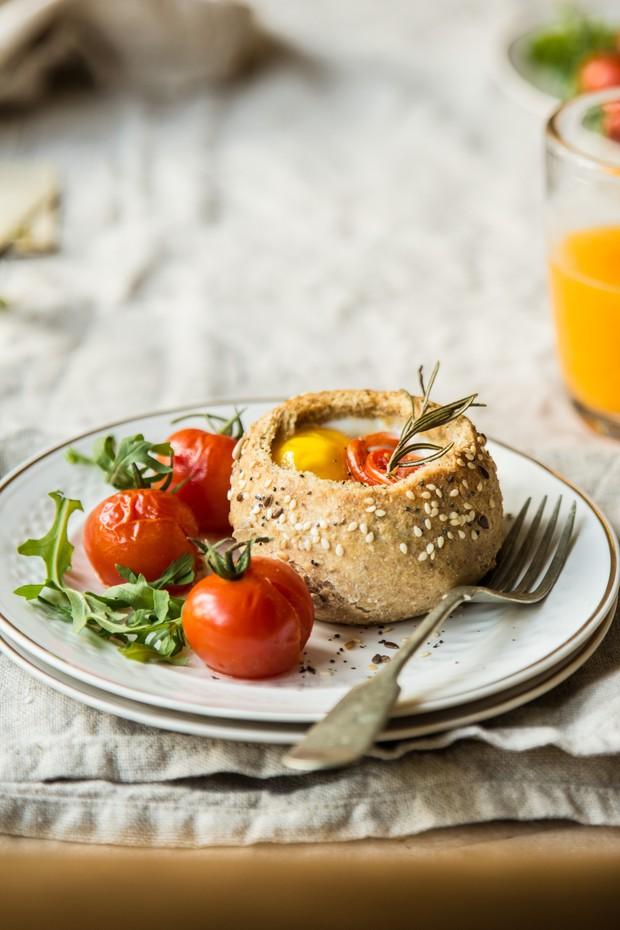 Incremente o seu café da manhã com uma cestinha de pão integral e ovo (Foto: Divulgação)