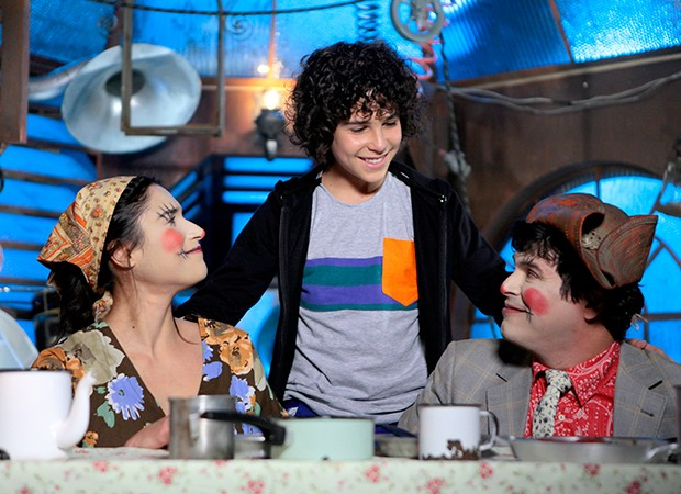 João (Igor Jansen) imagina encontra amoroso com os pais  (Foto: Lourival Ribeiro/ SBT)