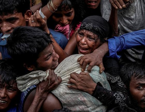 Refugiados brigam por ajuda no campo montado em Cox's Bazar (Foto: FOTÓGRAFOS/REUTERS)