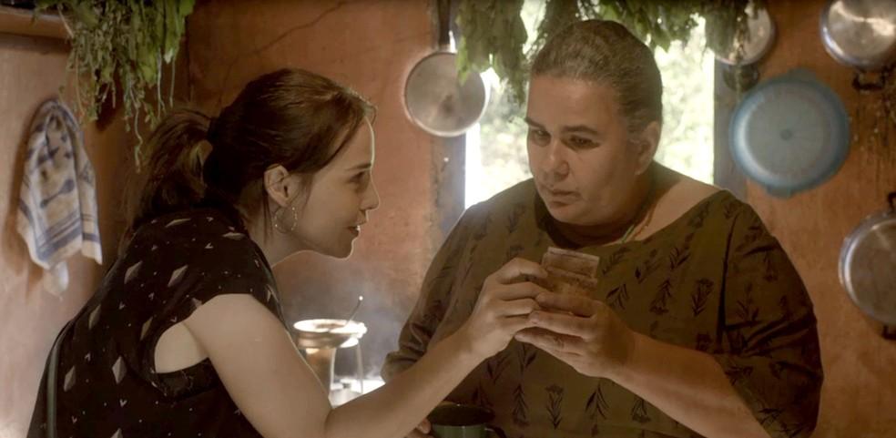 Rosa dá dinheiro a Januária e consegue uma informação valiosa (Foto: TV Globo)
