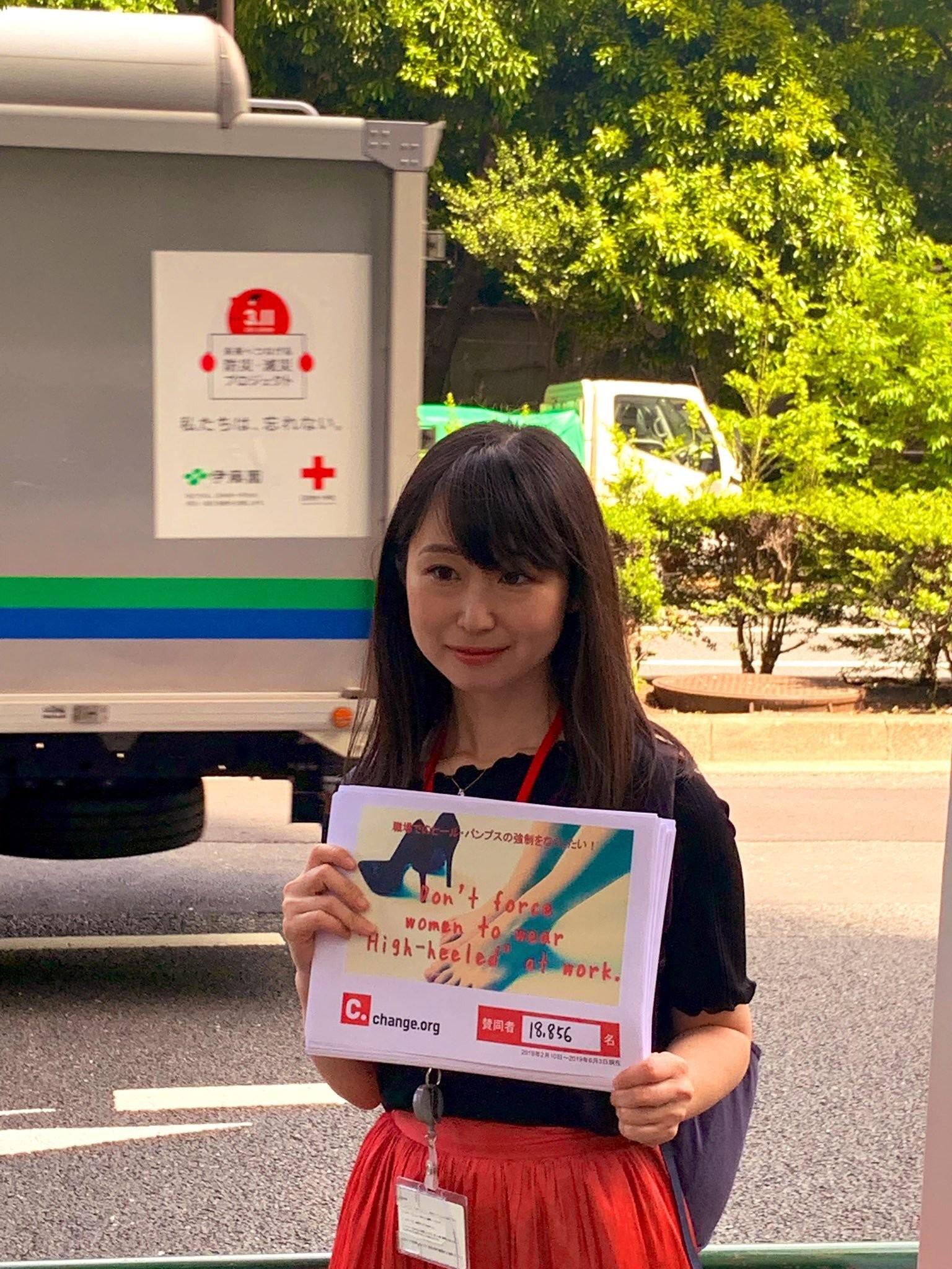 """Japonesas se unem contra empresas que incluem salto alto como exigência no """"dress code"""" (Foto: Reprodução/Twitter)"""