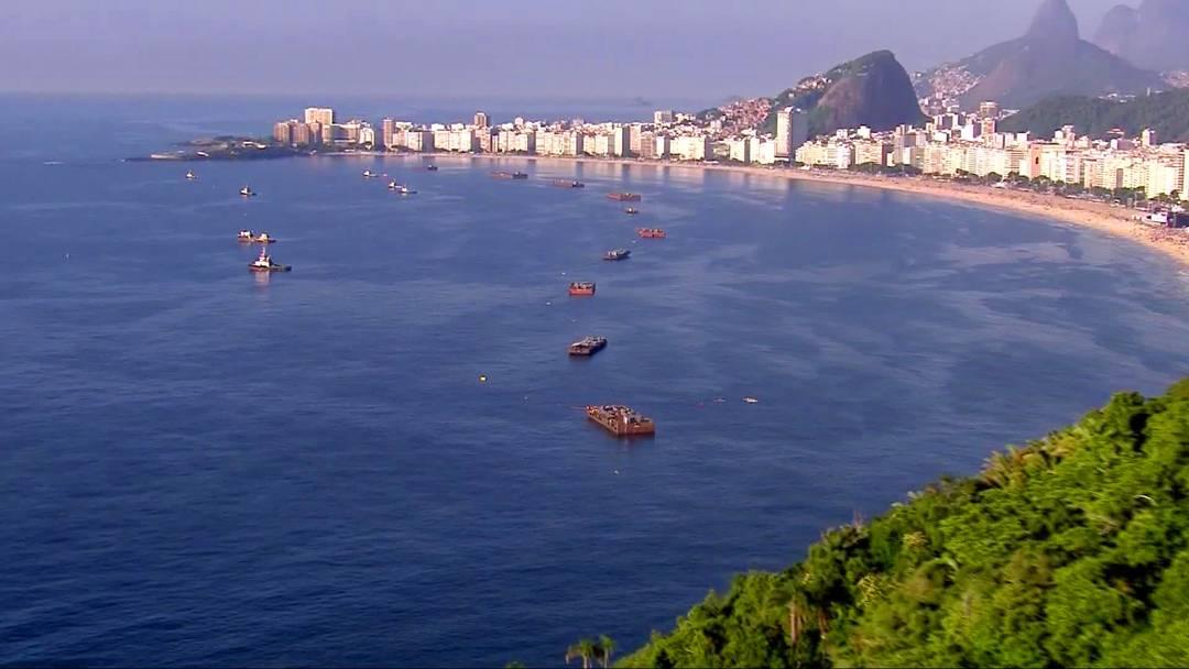 Balsas de Copacabana já estão posicionadas no mar para o réveillon
