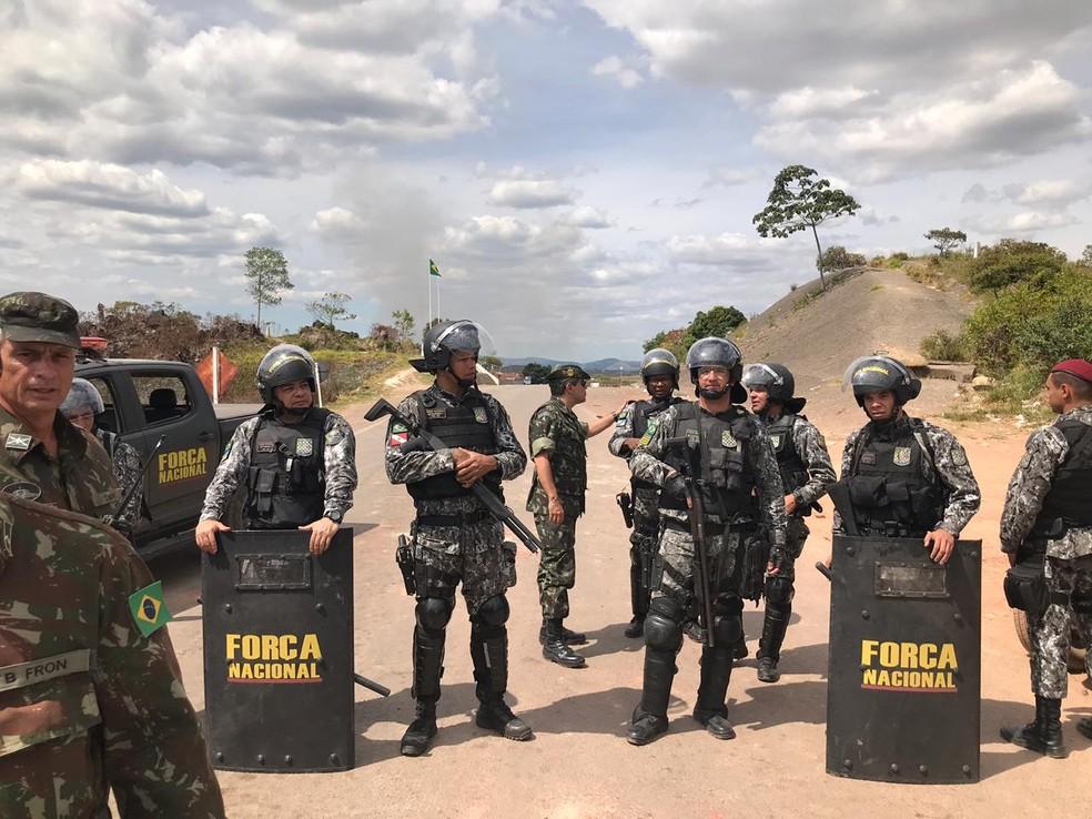 Força Nacional isola manifestantes venezuelanos após confronto na fronteira com o Brasil — Foto: Alan Chaves/G1