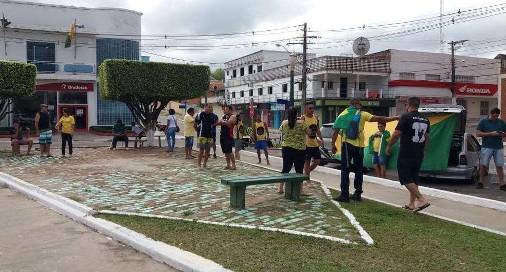 CRUZEIRO DO SUL, 09H34h: Cerca de 30 manifestantes se reúnem na Praça Orleir Cameli neste domingo (26), segundo a organização do ato — Foto: Mazinho Rogério~/G1