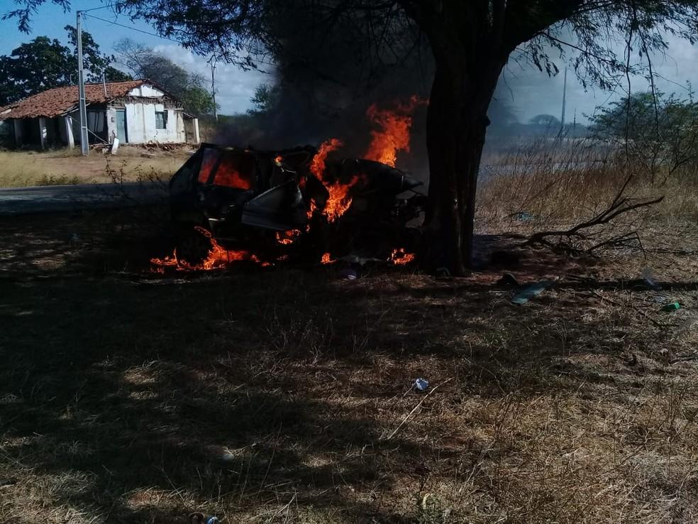 Carro pegou fogo depois de bater contra uma árvore na cidade de Areia Branca — Foto: Divulgação/PM