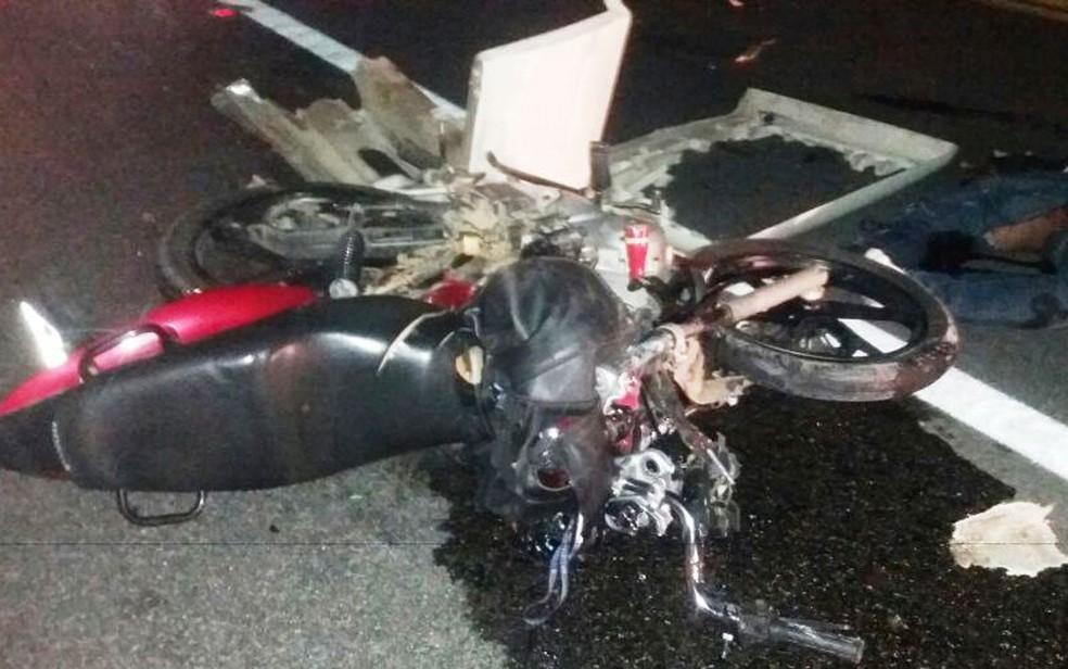 Motociclista morreu em batida com caminhão na BR-116 (Foto: Blog Itiruçu Online)