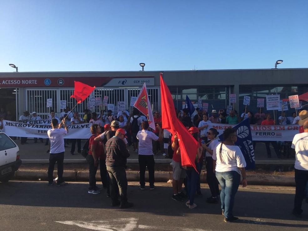 Representantes do Sindicato dos Metroviários fazem manifestação em Salvador — Foto: Phael Fernandes/ G1