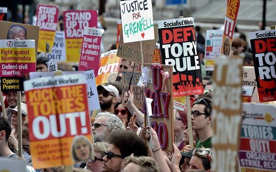 Manifestantes fazem protesto contra o Partido Conservador e a primeira-ministra Theresa May, que pretende levar adiante processo de saída do Reino Unido da União Europeia (Foto: AFP PHOTO /CHRIS J RATCLIFFE)