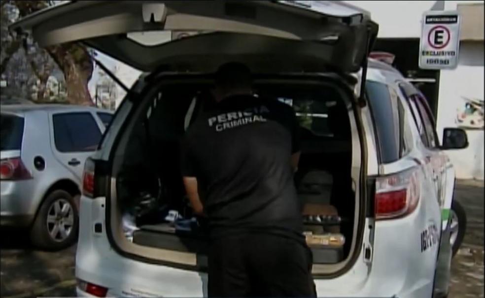Perito criminal em frente ao Hospital Regional do Oeste, após morte de recém-nascido em Chapecó — Foto: Reprodução/NSC TV