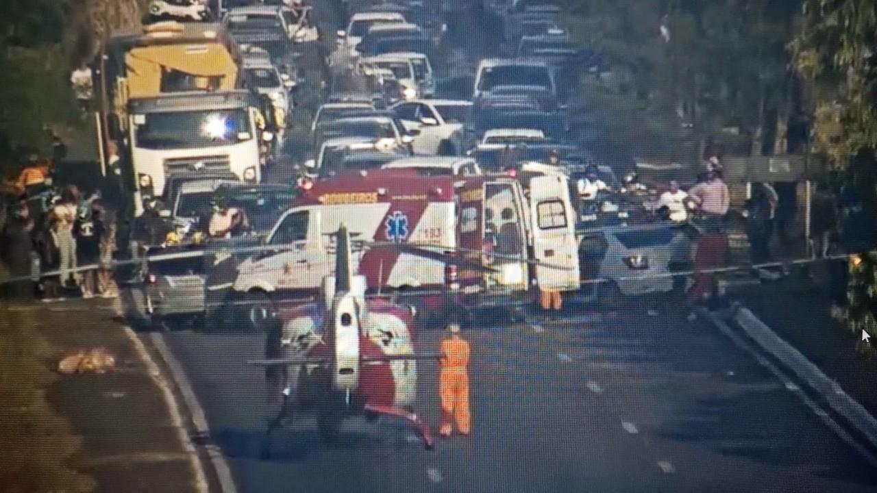 Carro atravessa EPGU e atinge outros dois veículos, em Brasília