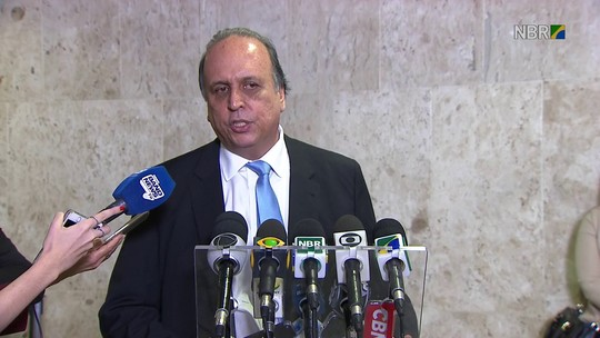 Pezão diz que governo espera regularizar salários de servidores até fim de agosto