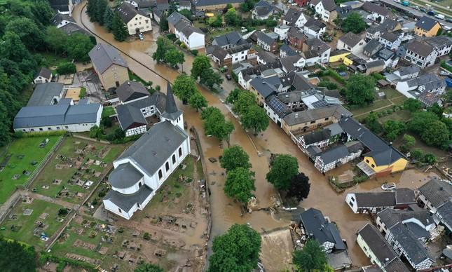 Ruas inundadas em Iversheim, no Oeste da Alemanha, depois dos temporais dos últimos dias