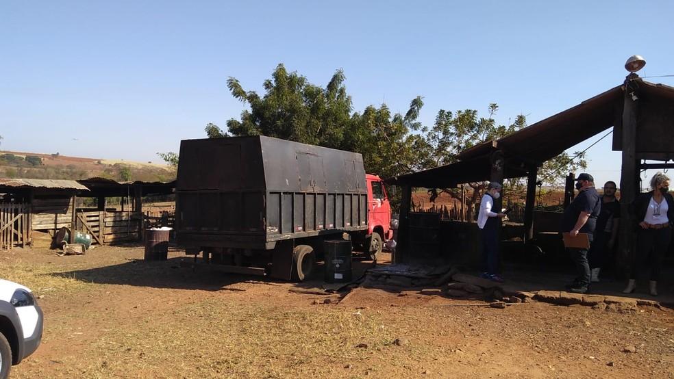 Fiscalização sanitária da Prefeitura de Borborema aplicou auto de infração contra o dono do sítio e do açougue — Foto: Polícia Ambiental/Divulgação