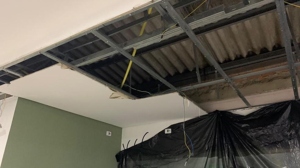 Parte do teto do Hospital e Maternidade de São José dos Pinhais caiu durante a chuva desta terça-feira (3) — Foto: Divulgação/Prefeitura de São José dos Pinhais
