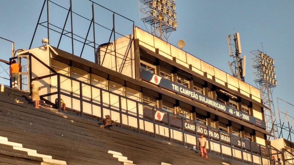 Obra foi feita para tentar impedir a invasão de torcedores nas cabines de imprensa (Foto: Fred Huber)