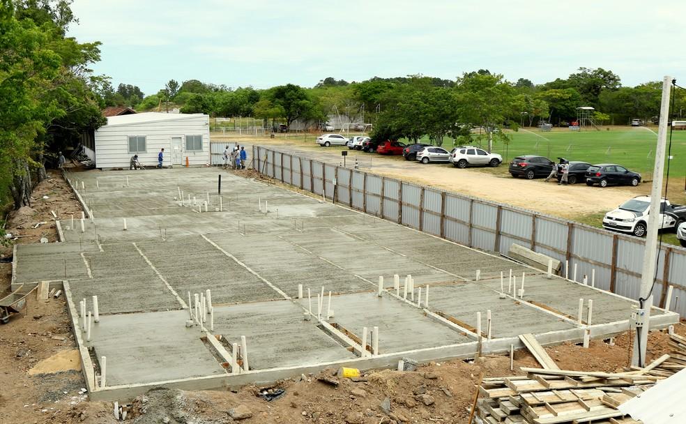 Colocação do piso para o espaço da academia — Foto: Rodrigo Fatturi/DVG/Grêmio