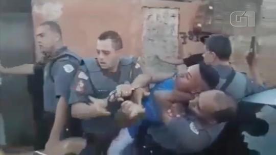Policiais dão 'mata-leão' em suspeito preso por tráfico de drogas em Paraguaçu Paulista; vídeo