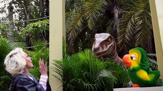Jurassic Park River Adventure: Ana Maria se esbalda em brinquedo