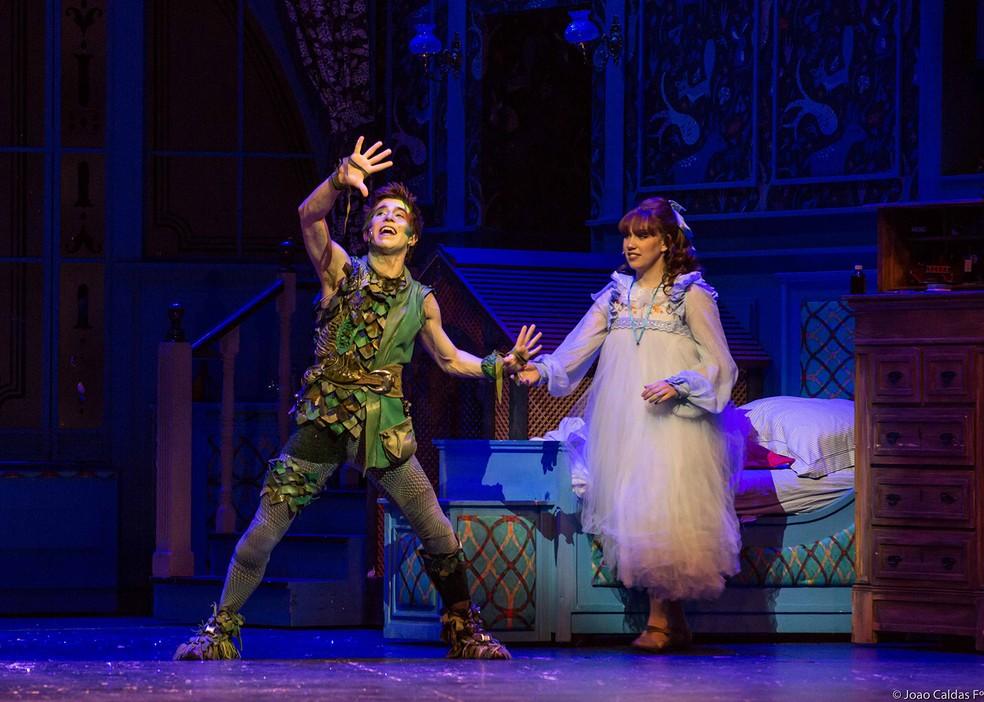 Os atores Mateus Ribeiro e Karina Mathias em cena do musical 'Peter Pan' — Foto: João Caldas / Divulgação
