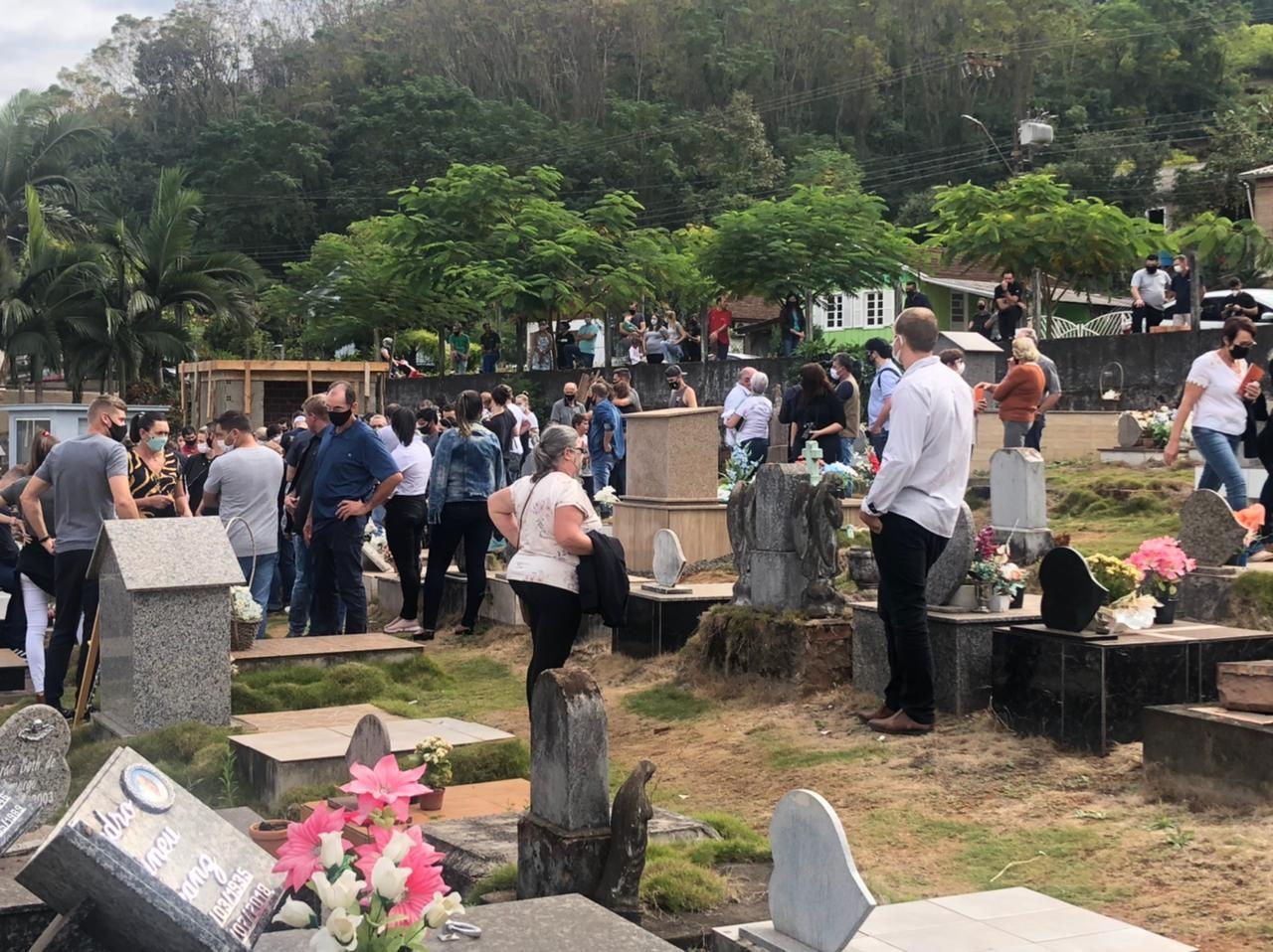 Vítimas de atentado a creche em Saudades são enterradas no cemitério municipal