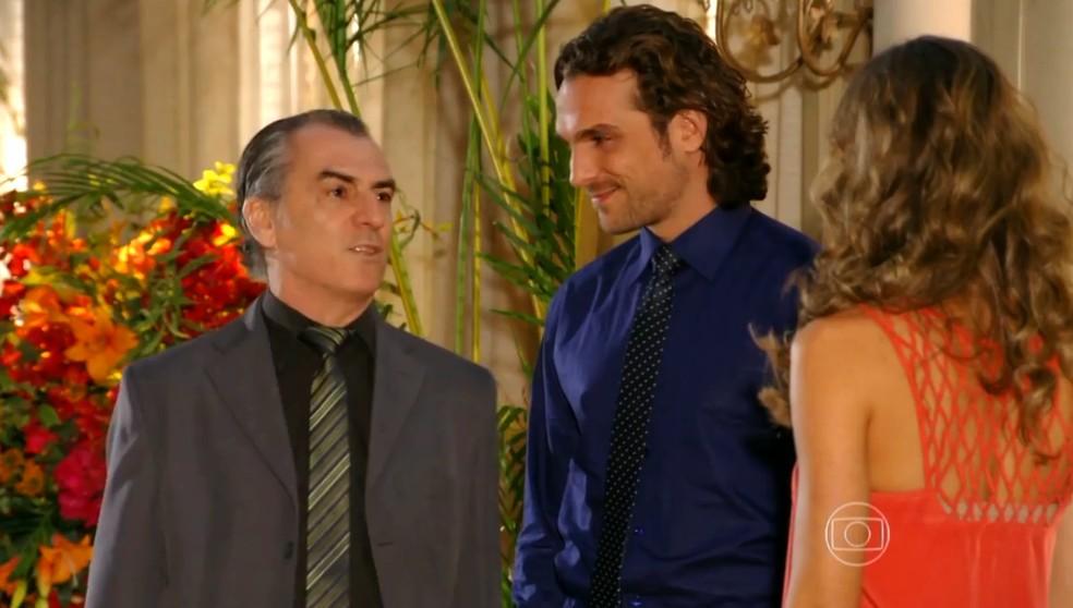 Alberto (Igor Rickli) mente para Ester (Grazi Massafera) e diz que Gonzalo (Norberto Presta) está indo embora - 'Flor do Caribe' — Foto: Globo