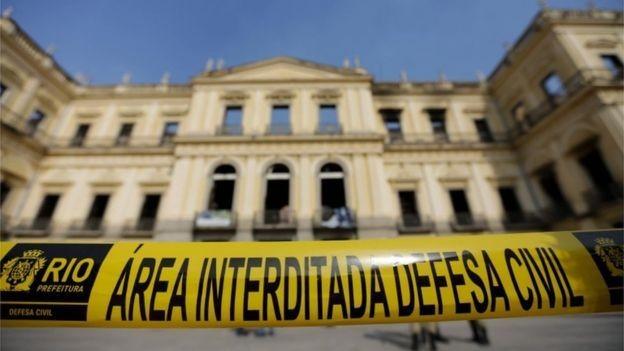 Museu foi incendiado e quase todo o acervo foi perdido (Foto: AFP via BBC)