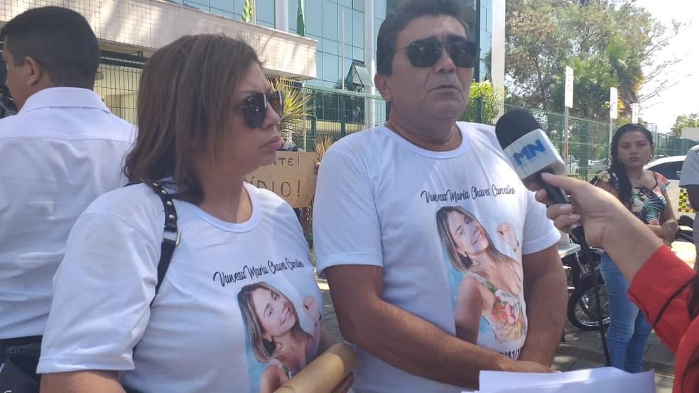 Pais de Vanessa Carvalho pedem justiça diante do Fórum Criminal, em Teresina — Foto: Gilcilene Araújo/G1