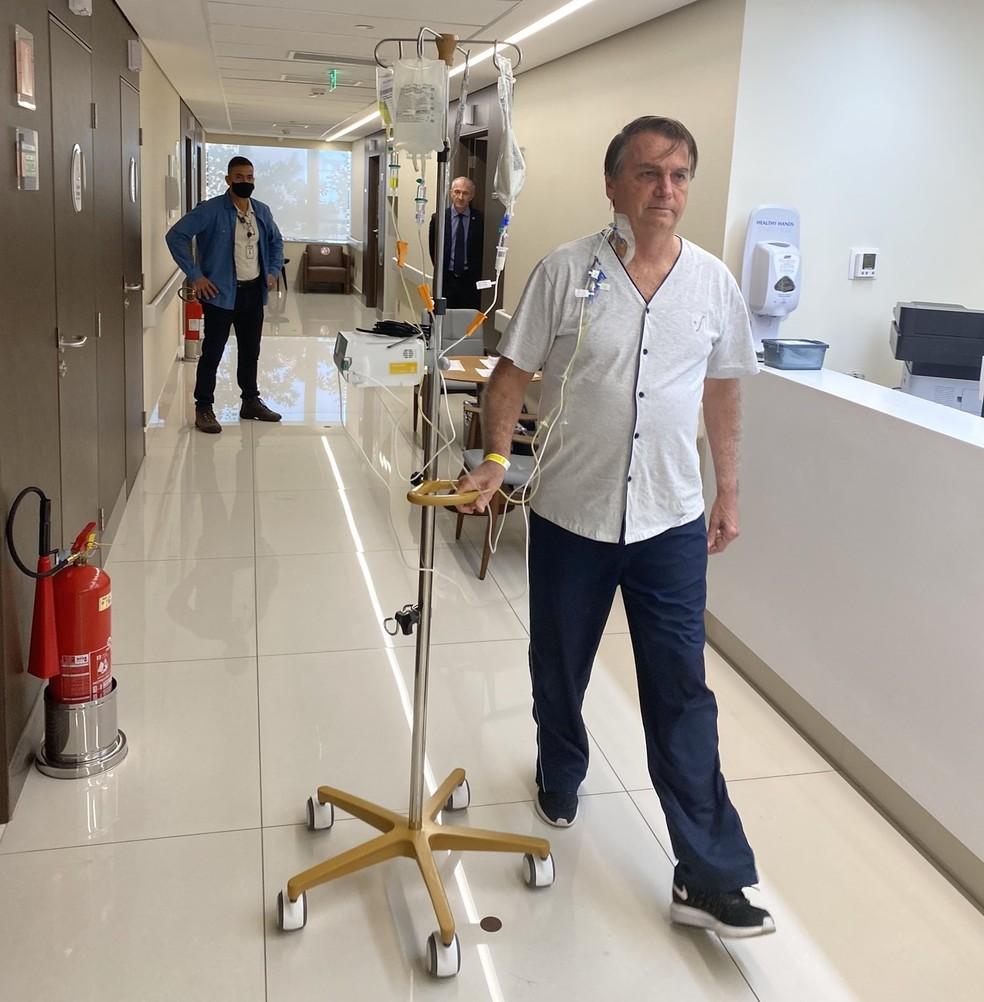 Jair Bolsonaro posta foto caminhando nos corredores do hospital Villa Nova Star, na Zona Sul de SP, nesta sexta (16). — Foto: Reprodução/Redes Sociais