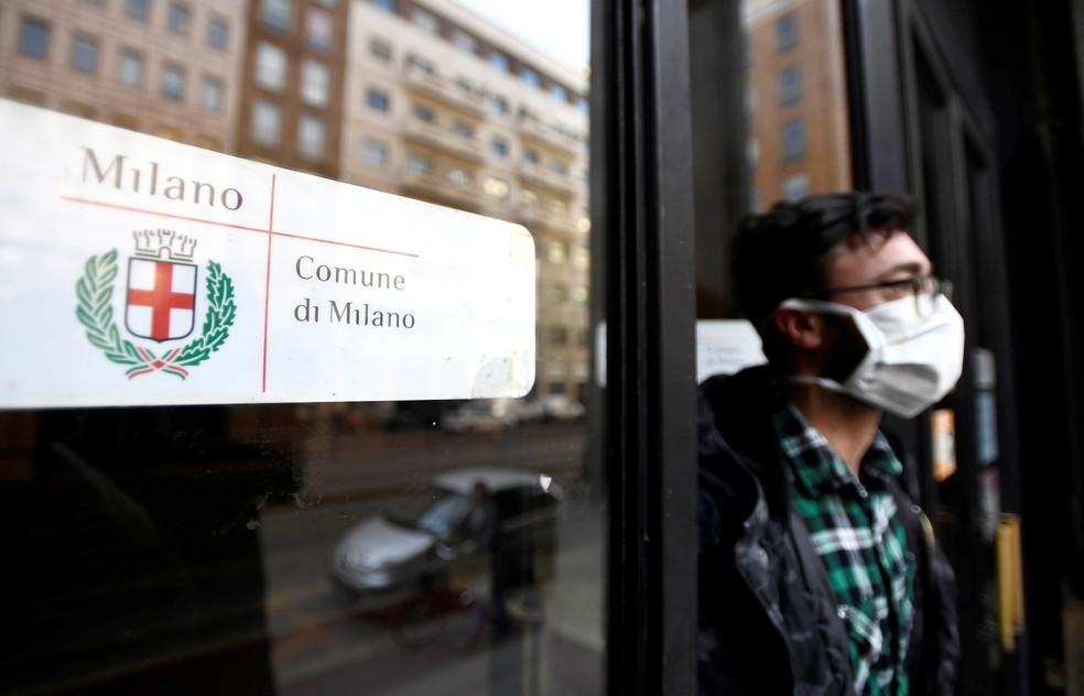 Homem de máscara sai de prédio de órgão público em Milão: prevenção contra o coronavírus — Foto:  REUTERS/Flavio Lo Scalzo