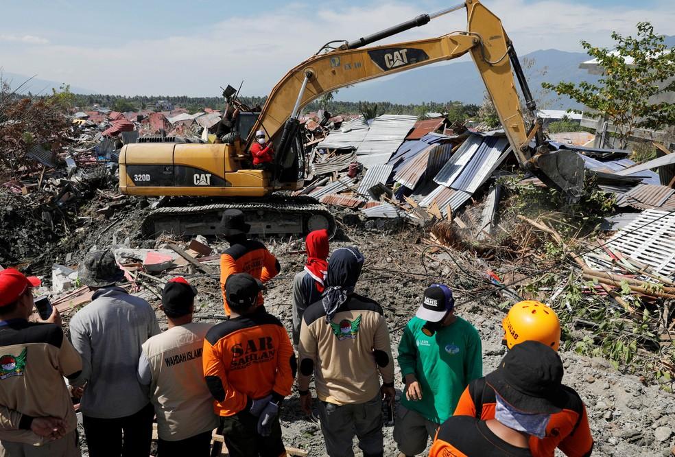 Equipes de regate fazem buscas nos destroços em Petobo, Palu, nesta sexta-feira (5) — Foto: Beawiharta/ Reuters