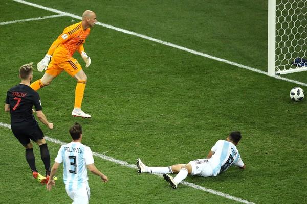 O goleiro argentino Willy Caballero observando o terceiro gol da Croácia na partida entre as duas seleções na Copa do Mundo (Foto: Getty Images)