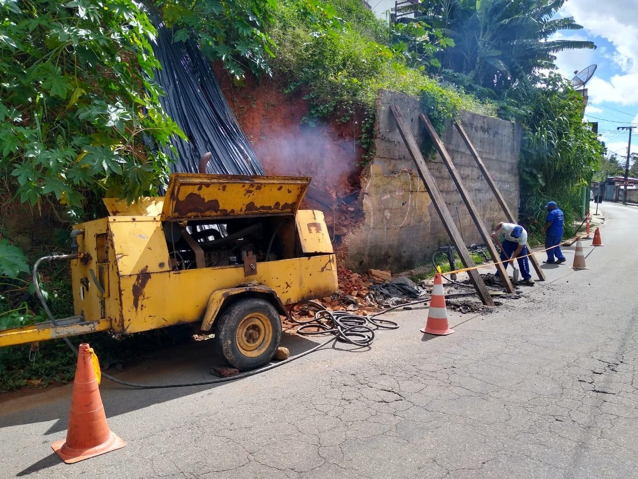 Trânsito é interditado na Estrada da Saudade para obra de demolição de muro em Petrópolis, no RJ