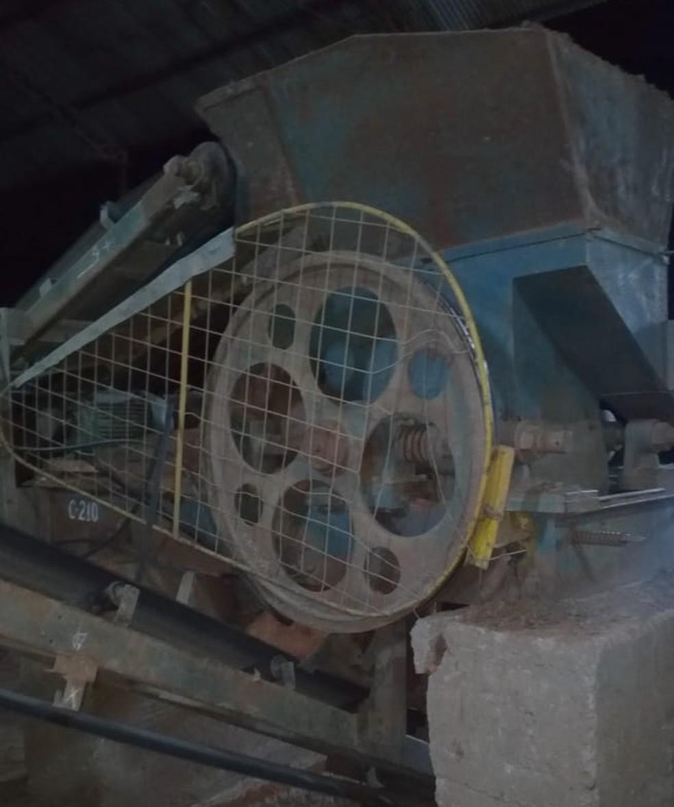 O funcionário perdeu o equilíbrio e caiu no interior na máquina.  — Foto: Reprodução