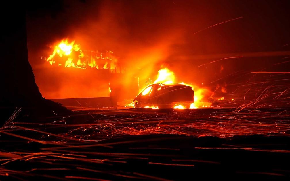 Carro e imóveis queimam em Paradise, na Califórnia — Foto: Justin Sullivan / Getty Images / AFP