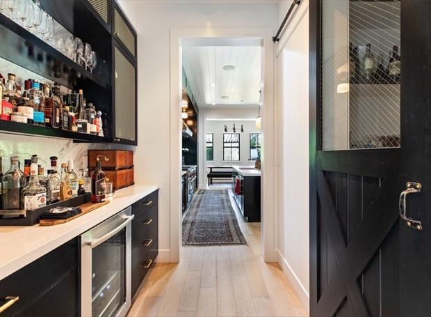 Um bar conecta a entrada com a cozinha (Foto: Variety/ Reprodução)