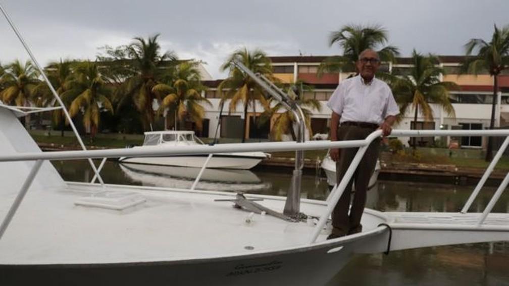 Luis Azócar não tem como fazer a manutenção do veículo — Foto: Guillermo D. Olmo/BBC