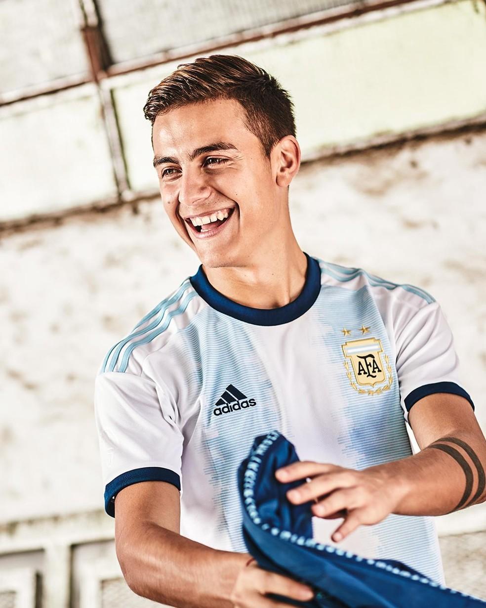 Dybala com o novo uniforme da seleção da Argentina — Foto: Divulgação