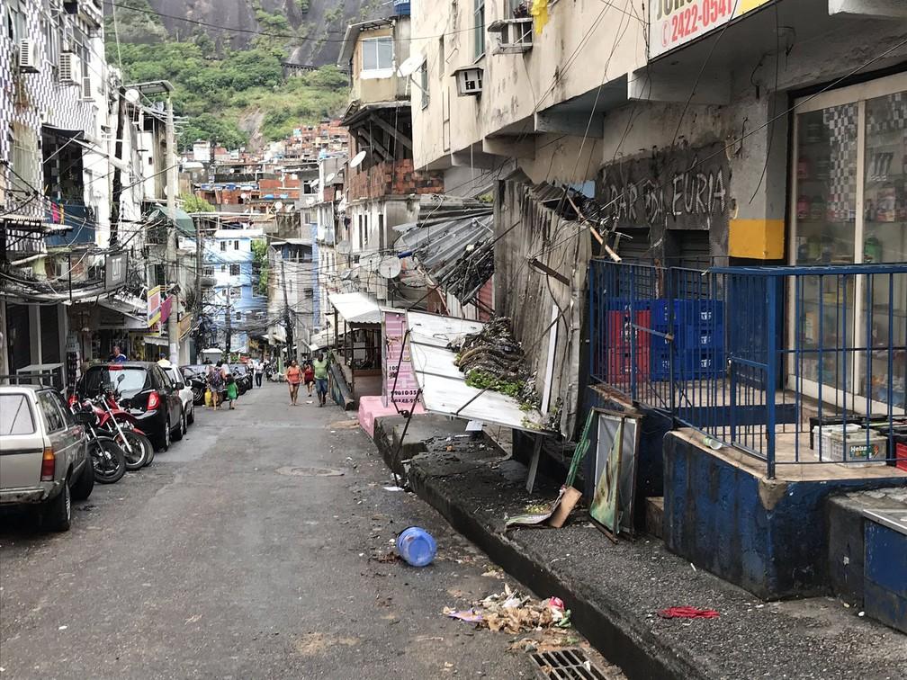 No Largo do Boiadeiro, na Rocinha, parte de uma estrutura que cobria um comércio cedeu por causa da chuva. Segundo moradores, ninguém ficou ferido — Foto: Henrique Coelho/G1