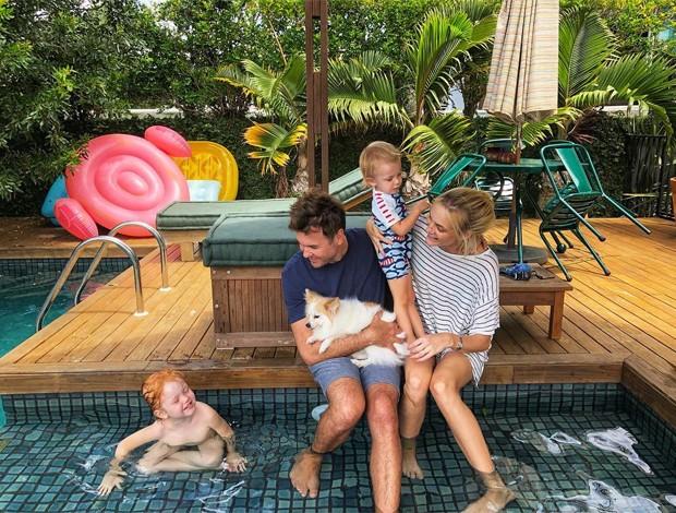 Carol Trentini e Fábio Bartelt com os filhos Bento (esq) e Benoah (Foto: Reprodução/Instagram)