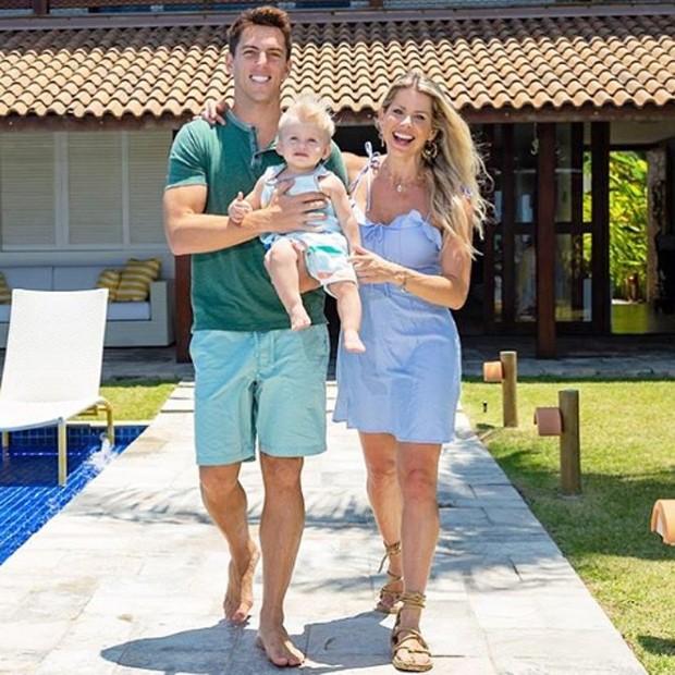 Amaury Nunes e Karina Bacchi posam com o pequeno Enrico (Foto: Reprodução/Instagram)