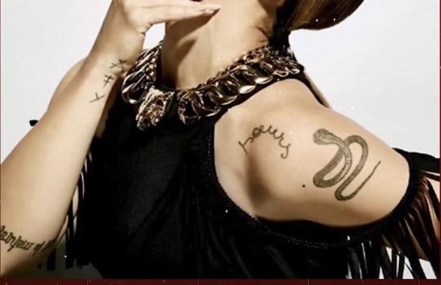 Já no braço, a atriz mostrou a tatuagem de uma serpente. 'Muita gente vê com cara feia essa imagem. Mas, na verdade, serpente para os egípcios significa prosperidade, e é isso que significa para mim... E, proteção' (Foto: Reprodução/ YouTube)