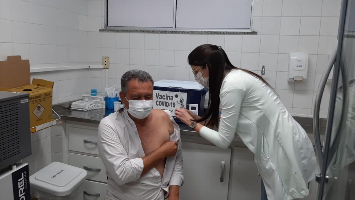 Governador da Bahia recebe segunda dose de vacina contra a Covid-19 em Salvador
