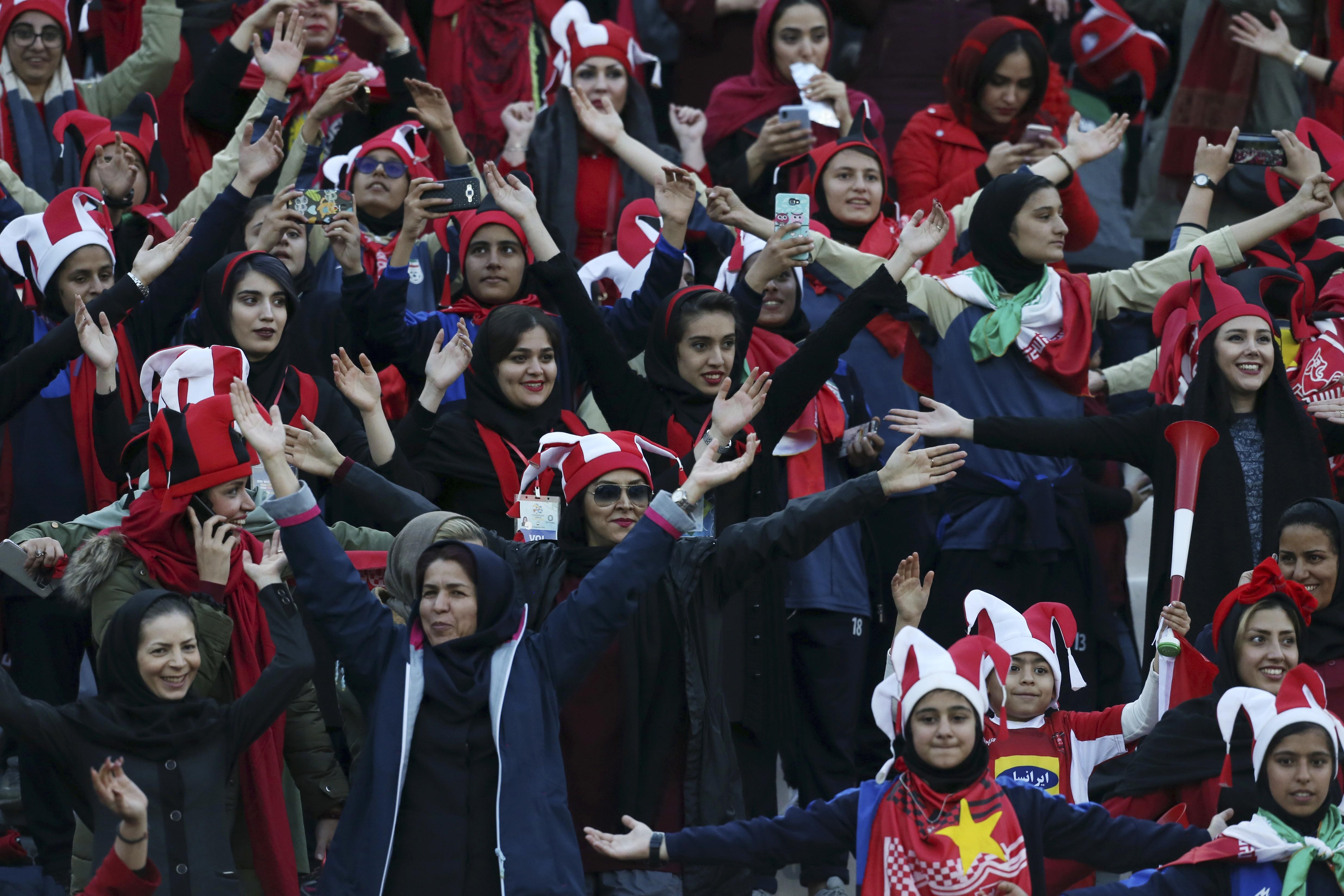 Mais de mil iranianas assistem a partida de futebol em estádio